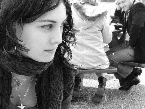 adolescente-mirando-a-grupo