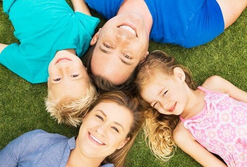 familia-tumbada-sonriendo