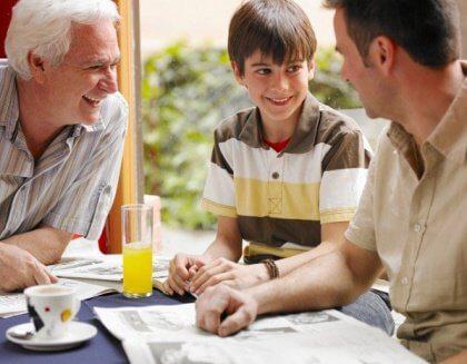 Abuelo y padre escuchan la opinion de un nino