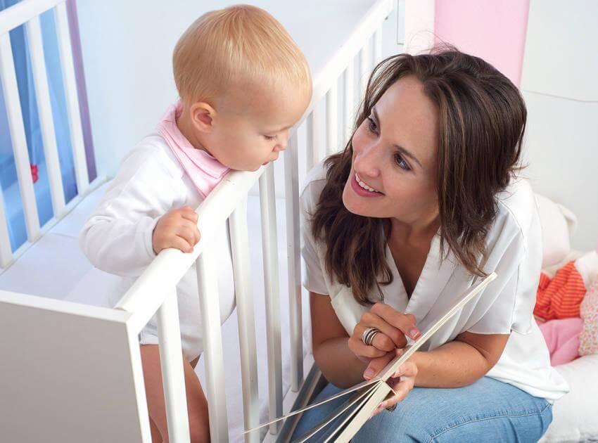 madre-enseñando-cuento-a-bebé