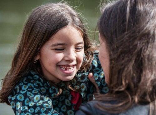 niña-sonriendo-con-su-madre