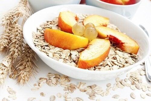 cereales-manzana-uvas-en-cuenco