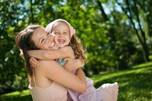 madre-abrazando-hija-riendo
