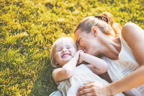 madre-con-hija-hierba