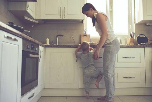 madre-enseñando-a-su-hijo