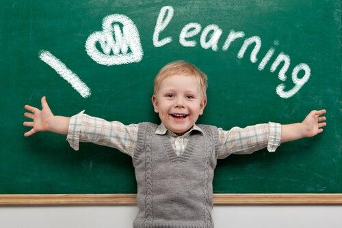 niño-contento-por-aprender