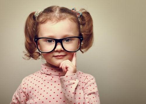 Certains enfant présentent très tôt des problèmes de vue comme la myopie.