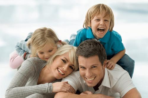 padres-con-niños-felices