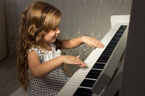 Beneficios de tocar el piano en la infancia