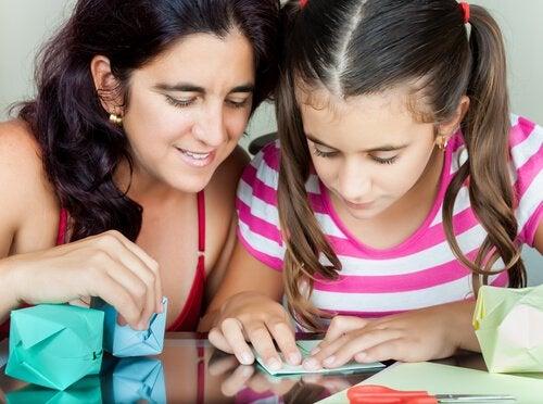 5 Juegos infantiles caseros con papel y cartón