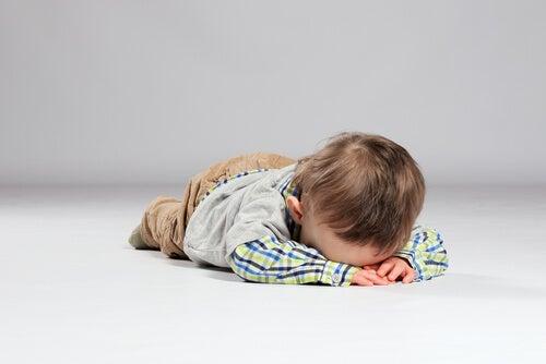 Un niño difícil no sabe controlar sus emociones y necesita nuestra ayuda.