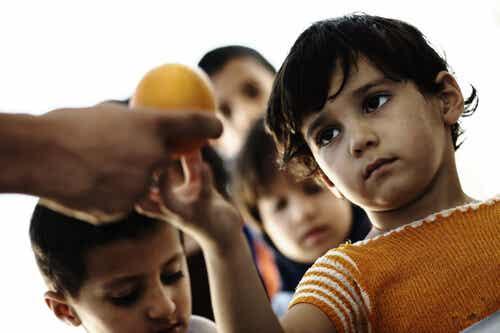 Cómo explicar a los niños qué es la caridad y cómo ayudarles a ser caritativos