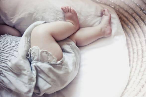 Bebé en su cunita