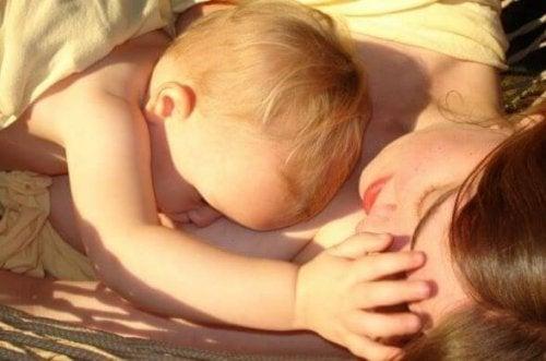 Madre e hijo lactante