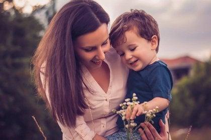 Madre e hijo riendo