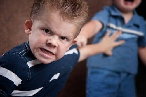 Hijos agresores: padres que defienden su mala conducta