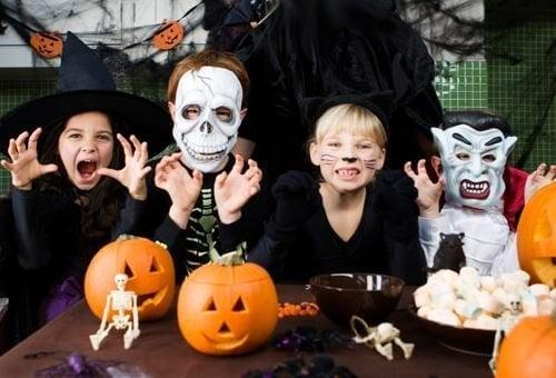 Niños con calabazas de Halloween