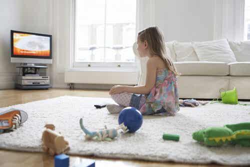 Cuánto tiempo puede estar tu hijo frente al televisor