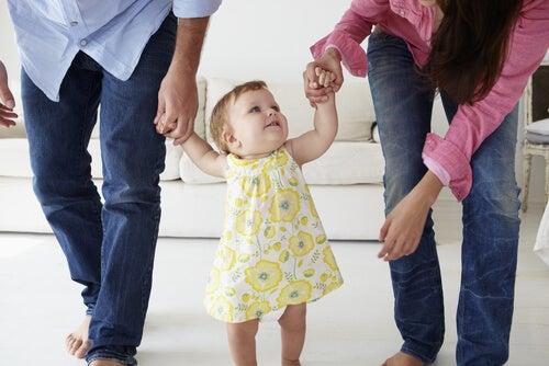 Cómo ayudar a tu hijo a dar sus primeros pasos