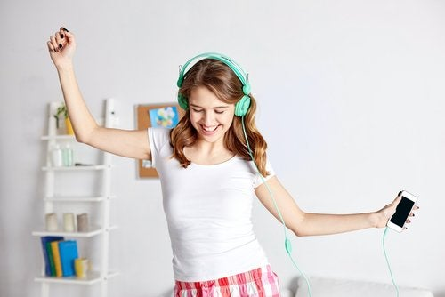 La poussée de croissance de la puberté a lieu plus tôt chez les filles.