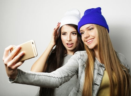 Adolescentes haciéndose una foto para publicarla en Snapchat.