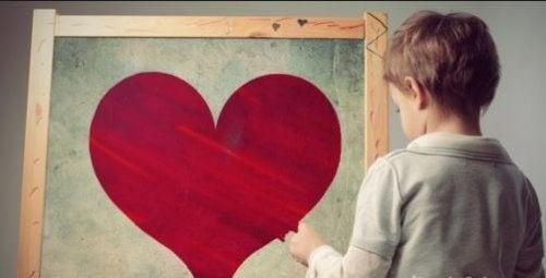Niño con corazón pintado