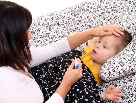 mama cuida niño enfermo