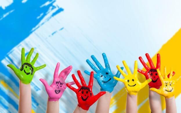 Manos de niños de colores