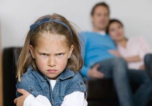 Les enfants se comportent moins bien avec leurs parents parce qu'ils sont plus à l'aise avec eux.