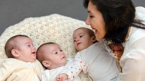 madre-mirando-a-sus-bebés