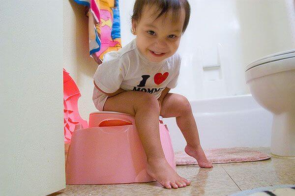 ¿Cómo enseñarle a ir al baño y dejar el pañal?