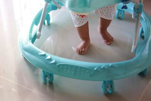 Andador, ¿enemigo de los primeros pasos del bebé?