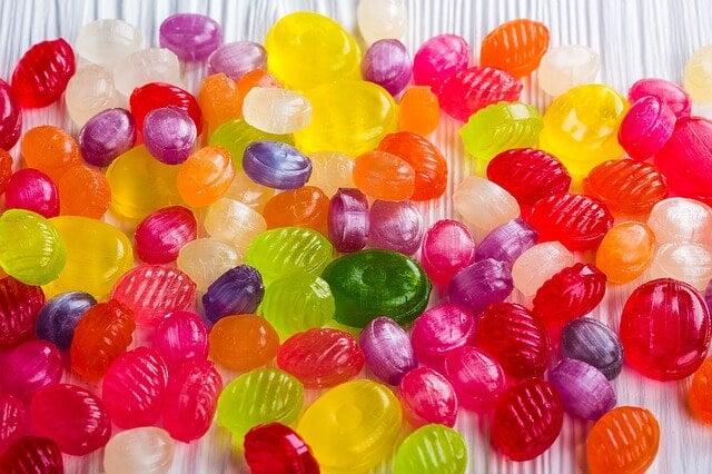 Hay que evitar darle caramelos a los niños menores de 8 años.