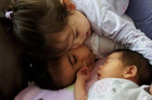Apaga los celos de tu hijo por la llegada de un bebé
