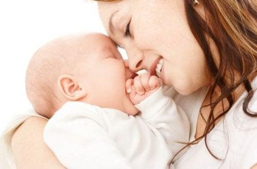 Madre sonriendo a su bebé