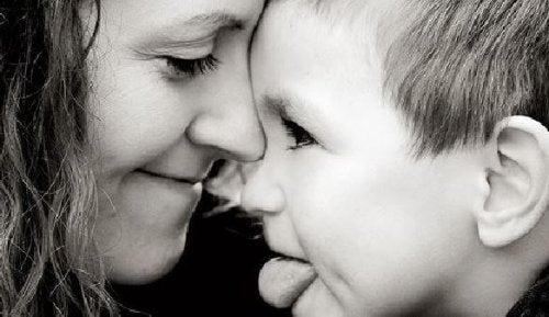 Madre e hijo mirándose a la cara