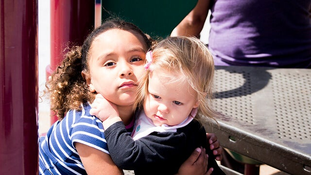 niña-abrazando-a-otra-niña