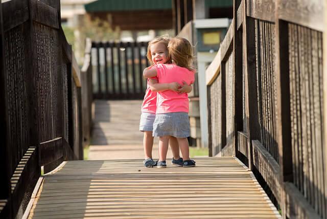 niñas-dándose-un-abrazo