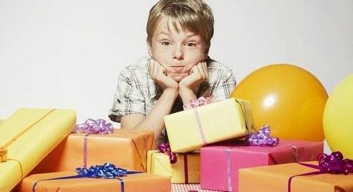 Niño con muchos regalos
