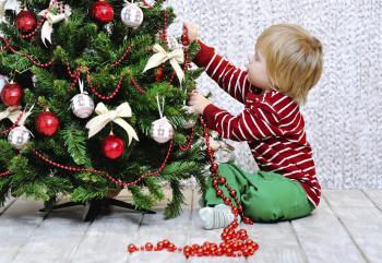 Niño montando el árbol de navidad