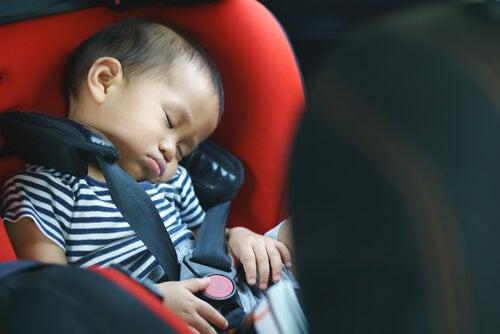 En un accidente de coche el bebé puede sufrir una sacudida.