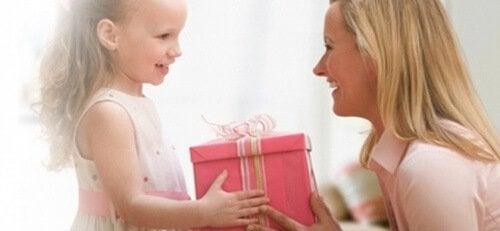 Enseña a tu hijo el auténtico valor de un regalo