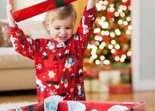 Niño abriendo un regalo navideño