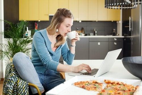 Las madres que trabajan desde casa deben procurar no mezclar momentos de ocio con las obligaciones laborales.