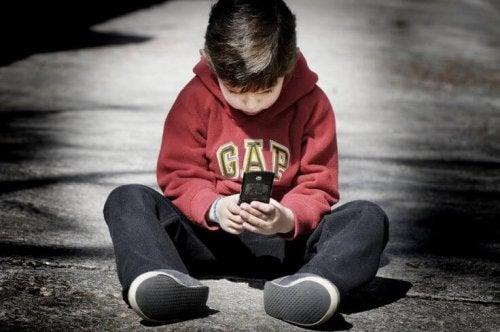 Ventajas y desventajas de comprarle un teléfono móvil a tu hijo