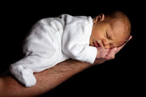 bebé-dormido-en-brazo-de-padre