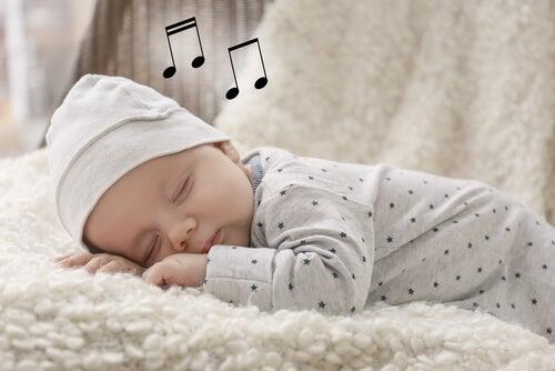 Bebé durmiendo tras escuchar una canción de cuna.