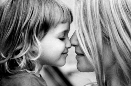 Besos de cariño y una mamá a su hija