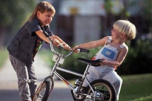 Enseña a tu hijo a reaccionar cuando otros niños le pegan