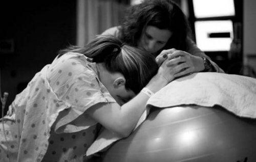 doula-ayudando-a-la-madre